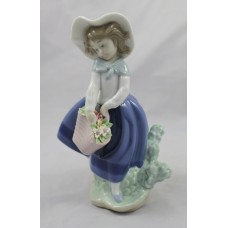 "Lladro ""Pretty Pickings"" #5222 Figurine Girl with Flowers"